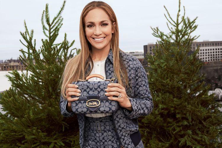 Jennifer Lopez dengan kolaksi Coach Signature Chambray