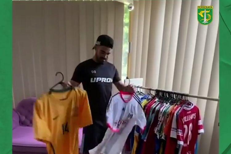 Pemain asing Persebaya Surabaya, Aryn Williams memamerkan koleksi jerseynya.