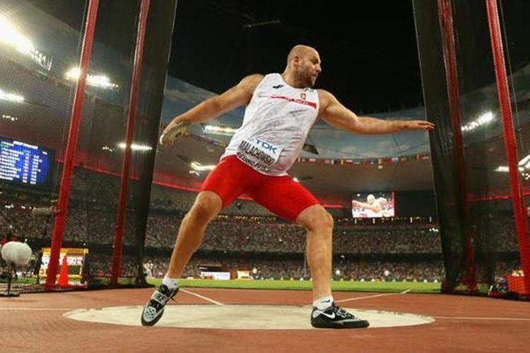 Seorang atlet lempar cakram tengah melakukan persiapan untuk melempar cakram.