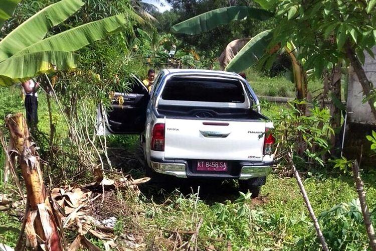 Foto  Budi. Mobil double cap milik Kepala Dinas Pendidikan Kabupaten Nunukan Jaya Martom yang tiba tiba nyelonong ke kebun singkong warga.. Pengemudi diduga mendapat seranagn jantung mendadak ketika mengemudikan mmobilnya tersebut.