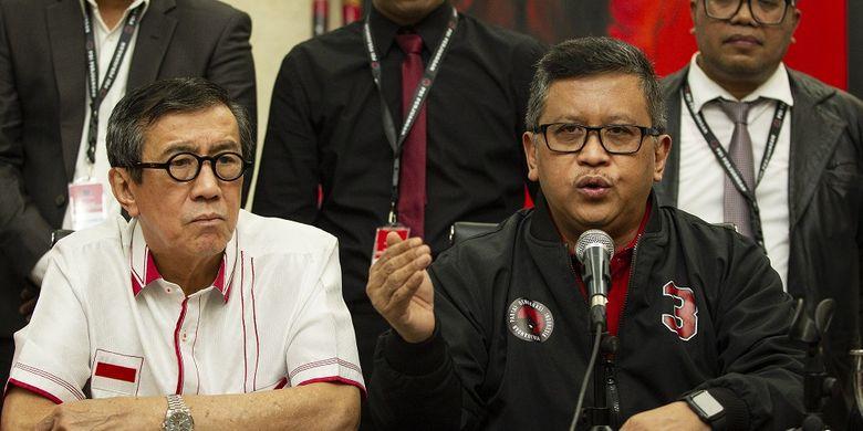 Sekjen PDIP Hasto Kristiyanto (kanan) didampingi Ketua DPP Bidang Hukum, HAM dan Perundang-Undangan Yasonna Laoly (kiri) saat menyampaikan keterangan pers di kantor DPP PDIP, Jakarta, Rabu (15/1/2020). DPP PDIP membentuk tim hukum untuk merespons kasus dugaan suap yang menyeret Komisioner KPU Wahyu Setiawan dan politikus PDIP Harun Masiku. ANTARA FOTO/Dhemas Reviyanto/foc.