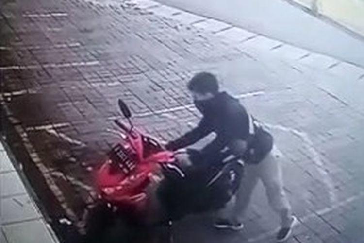 Tangkapan layar CCTV pencurian sepeda motor di salah satu minimarket kawasan Jalan Raya Ceger, Pondok Aren, Tangerang Selatan.