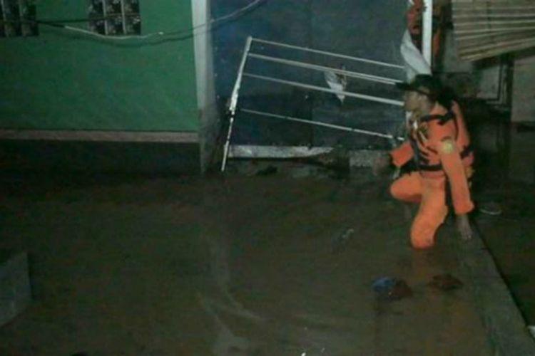 Petugas SAR saat memeriksa kondisi rumah yang jebol di Perumahan Cimareme Indah Kabupaten Bandung Barat, Selasa (31/12/2019) malam.