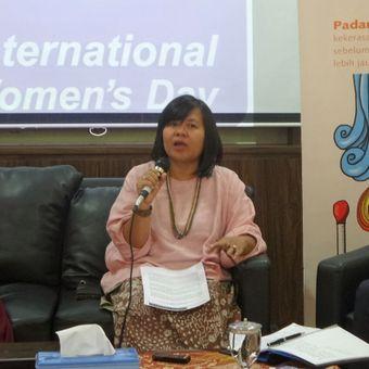 Wakil ketua Komnas Perempuan Yuniyanti Chuzaifah dalam sebuah diskusi Hari Perempuan Internasional, di kantor Komnas Perempuan, Menteng, Jakarta Pusat, Rabu (8/3/2017).