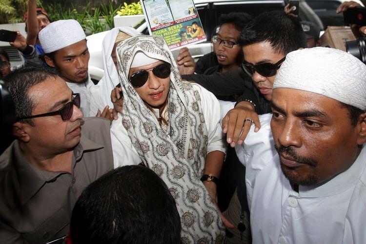 Habib Bahar bin Smith (tengah) memasuki gedung saat akan menjalani pemeriksaan di Bareskrim Polri, Jakarta, Kamis (6/12/2018). Habib Bahar diperiksa sebagai saksi terlapor terkait video ceramahnya yang dianggap menghina Presiden Joko Widodo. ANTARA FOTO/Rivan Awal Lingga/ama.