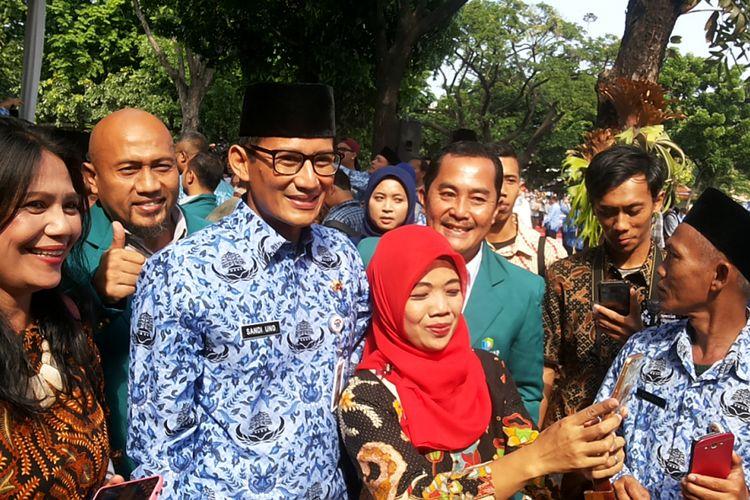 Wakil Gubernur DKI Jakarta Sandiga Uno berfoto bersama para PNS DKI usia mengikuti Upacara Peringatan Hari Sumpah Pemuda di Lapangan IRTI Monas, Jakarta Pusat, Senin (30/10/2017)