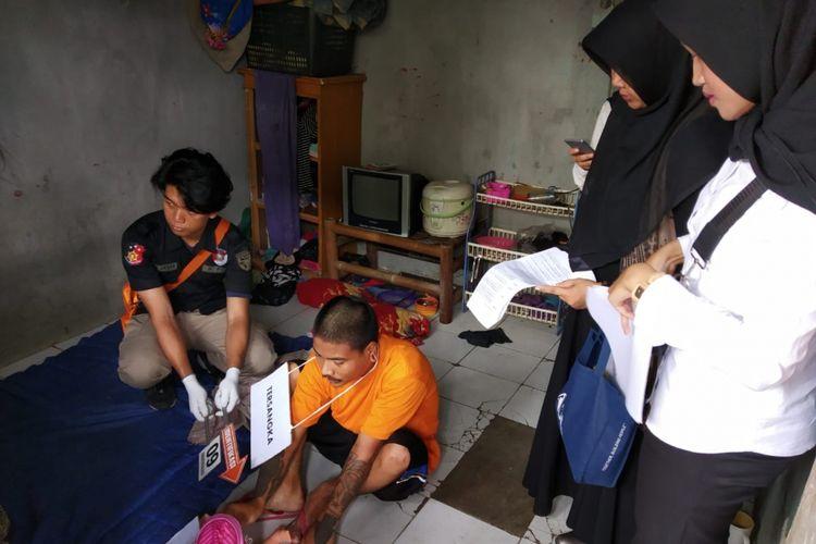 Adegan pelaku Hary Kurniawan, aniaya anaknya, di Depok, Rabu (13/2/2019).