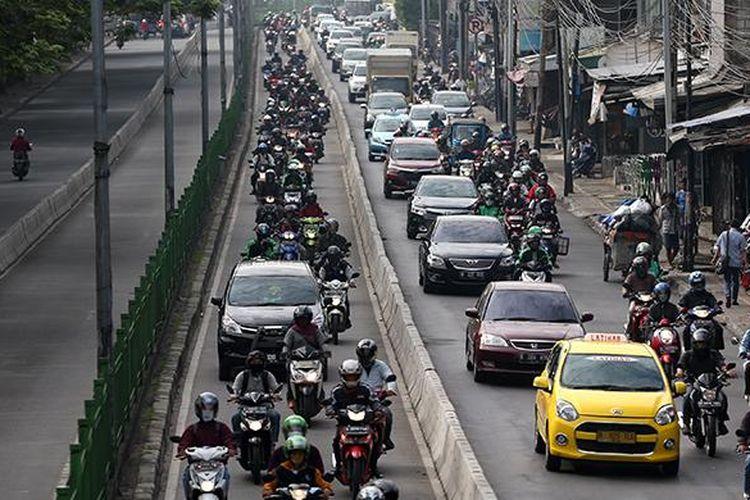 Pengendara motor dan mobil menyerobot masuk ke jalur transjakarta di kawasan Pasar Rumput, Manggarai, Jakarta Selatan, Kamis (16/6/2016). Penerapan sterilisasi jalur transjakarta atau busway mulai diperketat seriring semakin maraknya penyerobotan jalur tersebut.