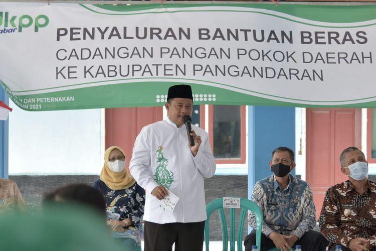 Wakil Gubernur (Wagub) Jawa Barat (Jabar) Uu Ruzhanul Ulum menyalurkan 53,739 ton beras Cadangan Pangan Pemerintah Daerah (CPPD) bagi masyarakat terdampak banjir dan gagal panen di Kabupaten Pangandaran, Jumat (9/4/2021).