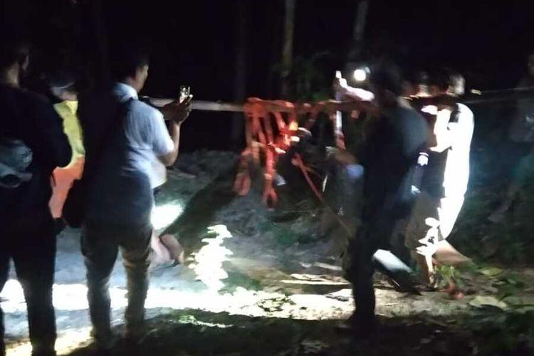 Warga bantu menangkap beruang madu (Hilarctos malayanus) lepas dari kandang konservasi di Wildlife Rescue Center (WRC) di pedukuhan Paingan, Kalurahan Sendangsari,  Kapanewon Pengasih, Kabupaten Kulon Progo, Daerah Istimewa Yogyakarta.