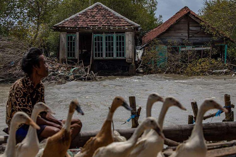 Warga melihat sejumlah rumah rusak akibat terjangan ombak di Desa Bedono, Sayung, Demak, Jawa Tengah, Selasa (8/12/2020). Menurut data yang dihimpun BPBD Kabupaten Demak, sekitar 40 rumah di pesisir setempat mengalami kerusakan ringan hingga berat, sembilan di antaranya roboh akibat diterjang gelombang air laut tinggi pada Minggu (6/12) malam - Senin (7/12) dini hari.