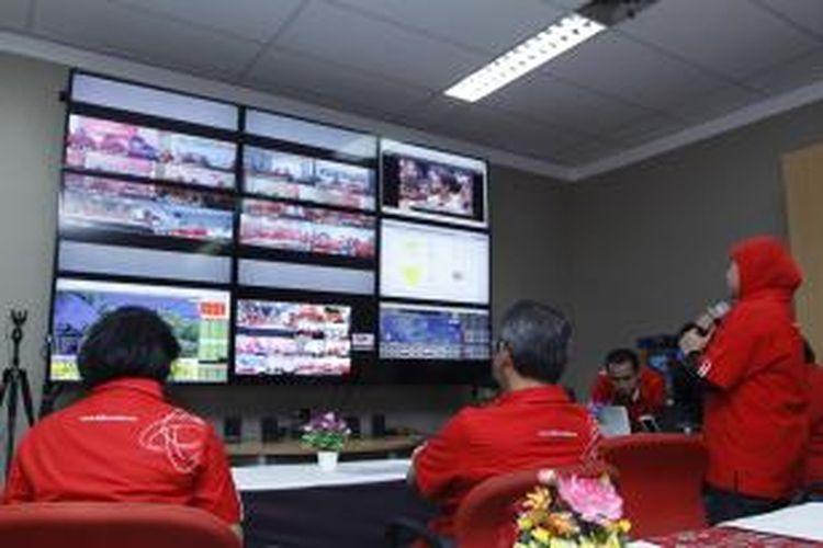 Para karyawan Telkomsel memantau jaringan telekomunikasi di Telkomsel Telecommunication Center, Jalan TB Simatupang, Jakarta