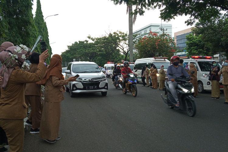 Tenaga medis tampak menangis tersedu-sedu sembari memberi hormat saat ambulans melintasi depan kantor Dinkes, Jalan Raya Tegar Beriman, Cibinong, Kabupaten Bogor, Jawa Barat, Senin (26/10/2020).