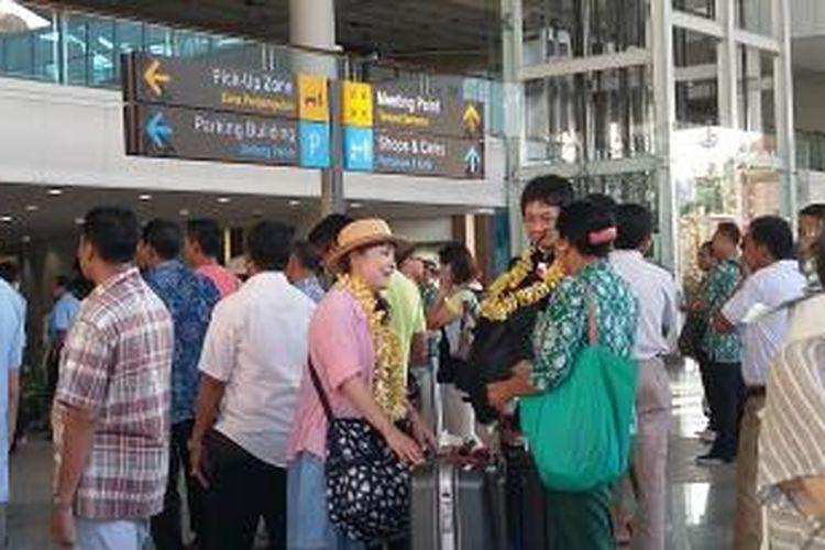 Kedatangan wisatawan mancanegara (wisman) di Bandara Ngurah Rai, Bali.