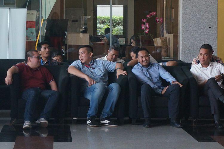 Putra Menteri Hukum dan Hak Asasi Manusia Yasonna Laoly, Yamitema Tirtajaya Laoly (kedua dari kiri), menunggu giliran pemeriksaan di Gedung Merah Putih KPK, Senin (18/11/2019).