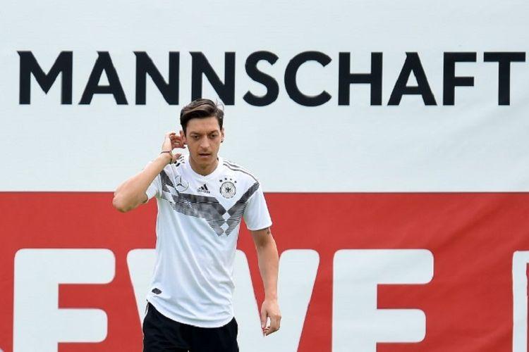 Gelandang timnas Jerman, Mesut Oezil. menjalani latihan ringan di Rungghof, 7 Juni 2018.