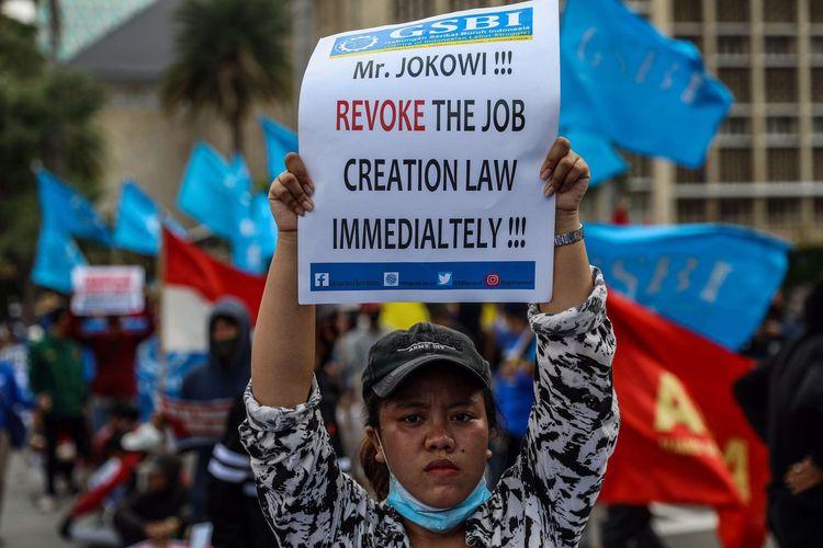 Mahasiswa yang tergabung dalam BEM Seluruh Indonesia (SI) melakukan aksi unjuk rasa di kawasan Patung Kuda, Jakarta Pusat, Selasa (20/10/2020). Mereka menolak pengesahan omnibus law Undang-undang Cipta Kerja yang bertepatan dengan satu tahun pemerintahan Jokowi-Maruf.
