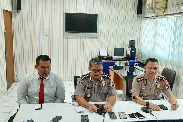 Kasat Reskrim Polres Sleman, AKP Rudy Prabowo (kiri), Kabid Humas Polda DIY Kombes Pol Yuliyanto (tengah) dan Kapolres Sleman AKBP Rizki Ferdiansyah (kanan) saat jumpa pers di Mapolres Sleman.