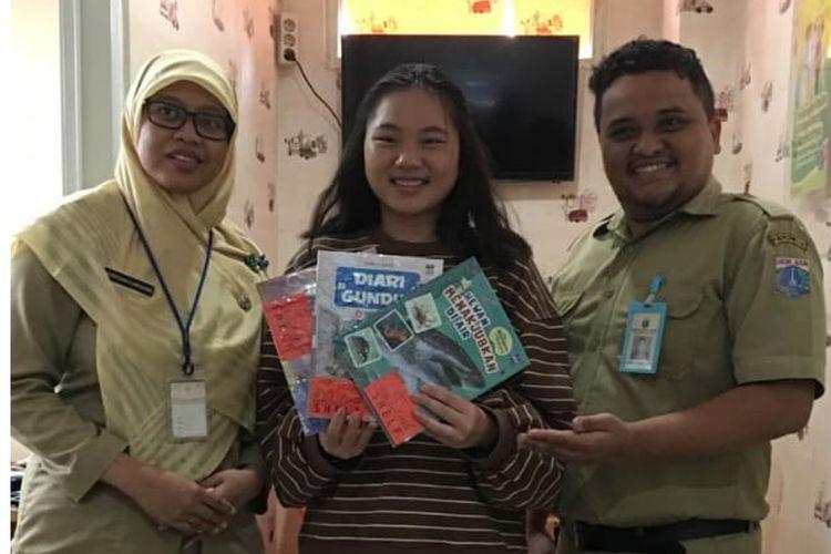 Michelle Setiawan, pelajar usia 16 tahun, membuat gerakan literasi unik: menjadikan puskesmas sebagai wadah menyalurkan buku-buku yang hendak diberikannya kepada khalayak.