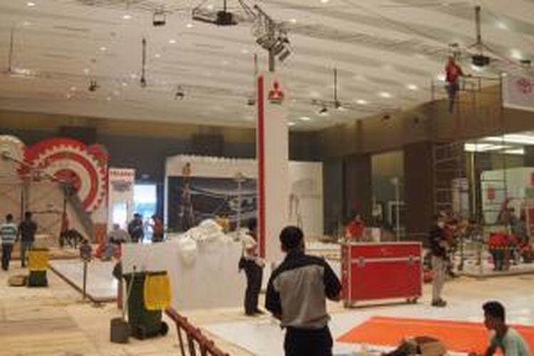 Persiapan peserta Pameran Otomotif Medan yang dibuka besok, 5 Maret 2014
