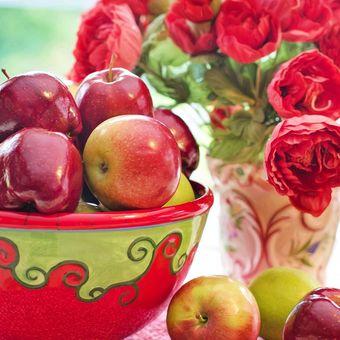 Ilustrasi vas bunga dan mangkuk buah.