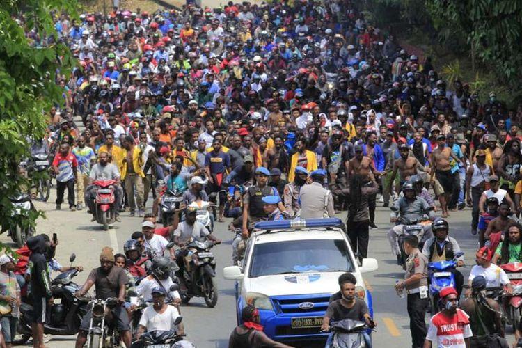 Massa melakukan aksi di Jayapura, Senin (19/8/2019). Aksi tersebut untuk menyikapi peristiwa yang dialami mahasiswa asal Papua di Surabaya, Malang dan Semarang.