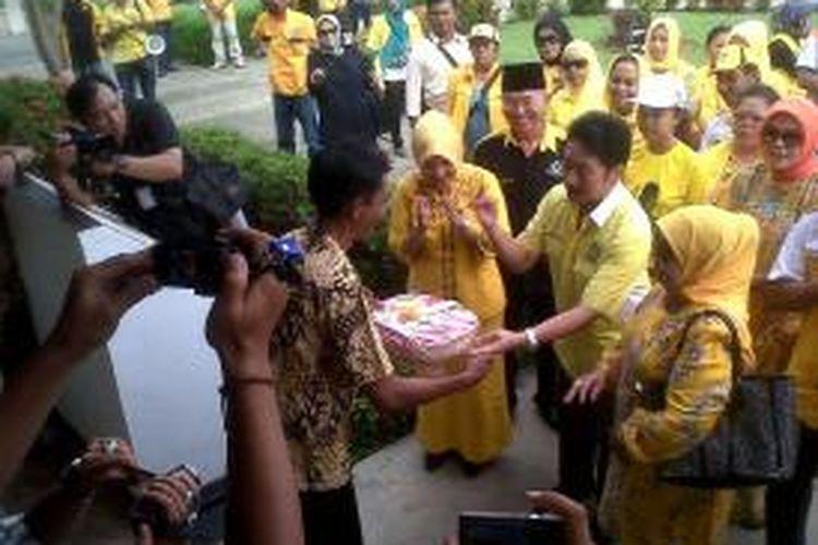 Wasekjen DPP Partai Golkar, Rully Chairul Azwar menyerahkan bendera merah putih pada keluarga penjaga rumah Bung Karno saat diasingkan di Bengkulu