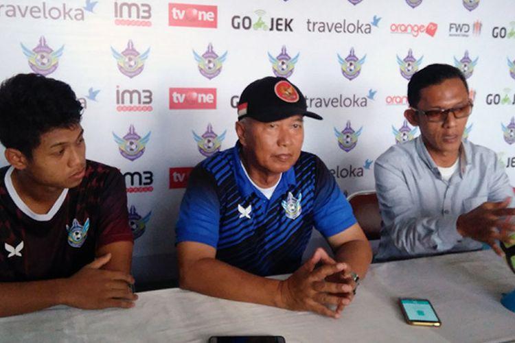 Pelatih Persegres Gresik United Hanafi (tengah), dalam sesi jumpa pers sebelum pertandingan kontra PSM Makassar, Sabtu (27/5/2017).