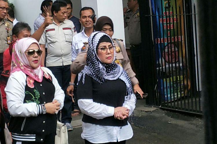 Elvy Sukaesih usai menjalani pemeriksaan polisi berkait kasus narkoba yang menjerat anak-anaknya di Ditresnarkoba Polda Metro Jaya, Jakarta Selatan, Senin (26/2/2018) sore.