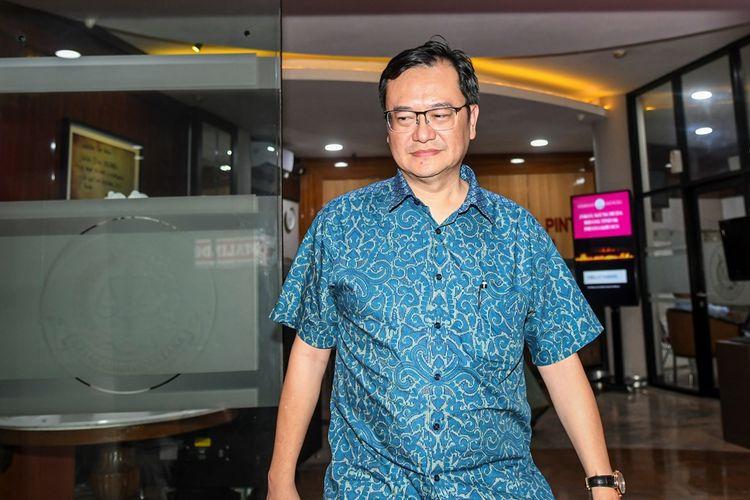 Komisaris PT Hanson International Tbk (MYRX) Benny Tjokrosaputro berjalan meninggalkan gedung bundar Kejaksaan Agung usai diperiksa sebagai saksi di Jakarta, Senin (6/1/2020). Benny Tjokrosaputro diperiksa sebagai saksi terkait kasus dugaan korupsi di PT Asuransi Jiwasraya (Persero).