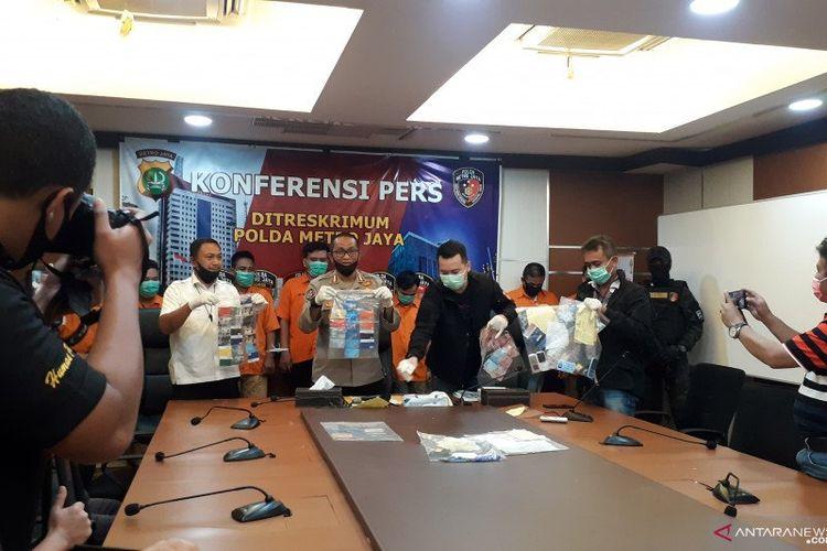 Kabid Humas Polda Metro Jaya, Komisaris Besar Polisi Yusri Yunus (tengah) saat jumpa pers penangkapan delapan anggota komplotan pencuri bermodus ganjal ATM di Mako Polda Metro Jaya, Selasa (28/4/2020).
