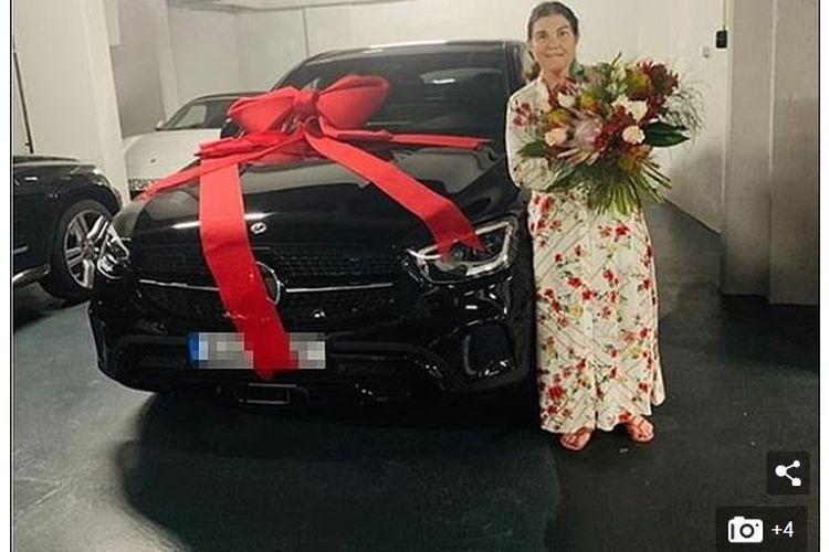 Ibu Cristiano Ronaldo, Maria Dolores, memamerkan mobil Mercedes baru hadiah dari putranya, yang diberikan tepat pada Hari Ibu Portugal.
