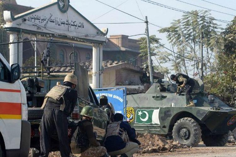 Militer Pakistan dan Kepolisian Peshawar berjaga di depan Institut Pelatihan Agrikultur. Tiga orang pemberontak Taliban menyerbu tempat itu, dan melukai setidaknya tujuh orang. (1/12/2017)