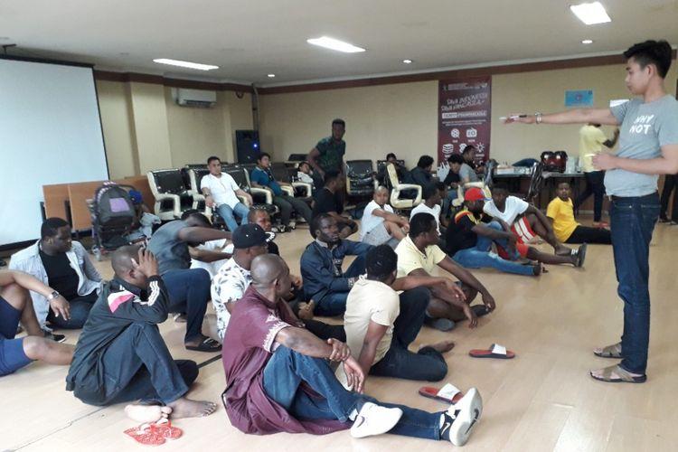 Warga negara asing (WNA) yang terjaring razia di Kelapa Gading, Jakarta Utara,  menjalani pemeriksaan lanjutan di Kantor Imigrasi Klas I Jakarta Utara, Selasa (15/5/2018).
