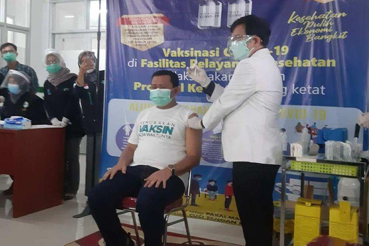 Bupati Sumedang Dony Ahmad Munir saat menjalani vaksinasi Covid-19 tahap pertama pada 29 Januari 2021 lalu. AAM AMINULLAH/KOMPAS.com