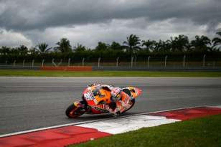 Pebalap Repsol Honda asal Spanyol, Dani Pedrosa, memacu motornya pada hari ketiga sesi tes pramusim MotoGP di Sirkuit Sepang, Malaysia, Rabu (3/2/2016).