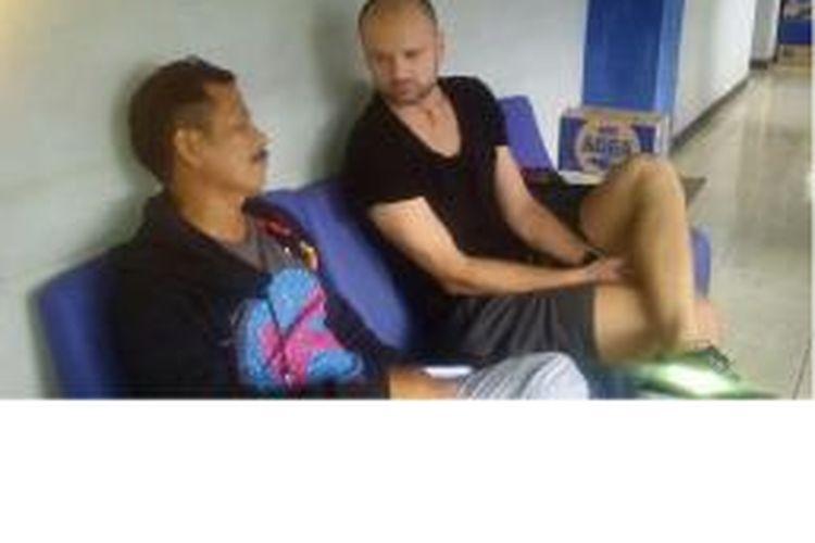 Pemain yang melamar ke Persib Bandung, Darko Lukanovic, berbincang dengan pelatih Djadjang Nurdjaman di mes Persib, Jumat (20/3/2015) sore.