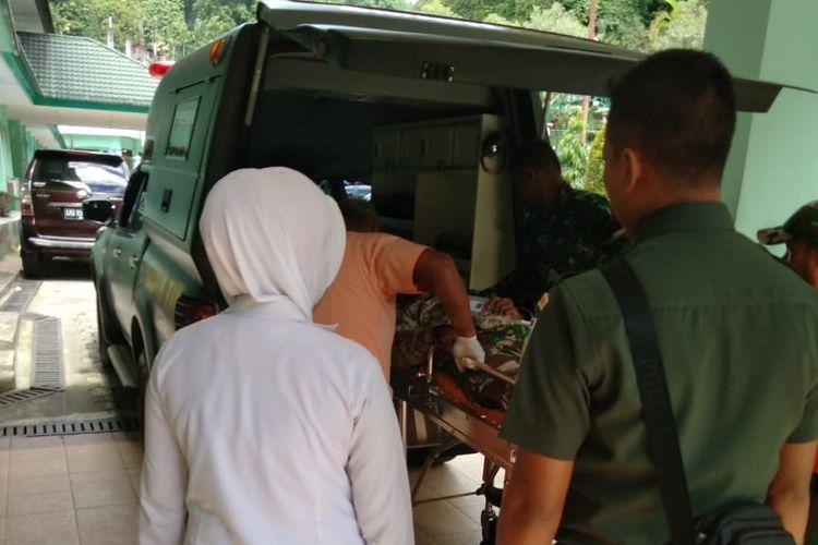 Salah satu prajurit TNI korban miras oplosan  yang dirujuk dari RSUD Mulia, Puncak ke Rumah Sakit Marten Indey, Kota Jayapura.