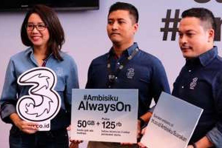 (ki-ka) Chief Commercial Officer Tri, Dolly Susanto; Head of Marketing Acquisition Tri, Fajar Indrayanto; Head of Brand Communication Tri, Fahroni Arifin dalam peluncuran Ambisiku Always On di Jakarta, Rabu (12/10/2016).