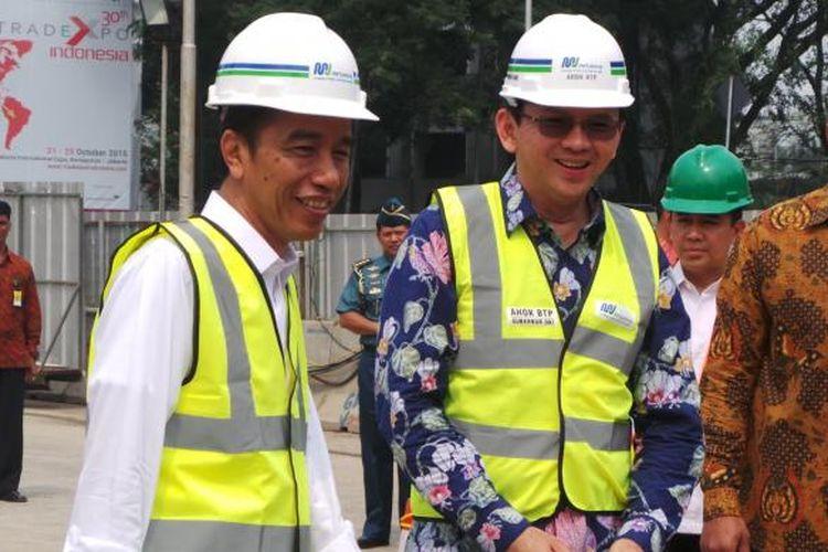 Presiden Joko Widodo dan Gubernur DKI Jakarta Basuki Tjahaja Purnama meninjau pengerjaan proyek Mass Rapid Transit (MRT) di Patung Pemuda Senayan, Jakarta, Kamis (8/10/2015).