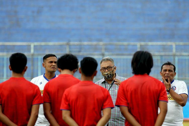 General Manajer Arema FC, Ruddy Widodo saat memberi sambutan saat latihan perdana seusai libur selama 5 bulan karena pandemi virus corona di Stadion Kanjuruhan Kabupaten Malang, Jawa Timur, Senin (03/08/2020) sore.