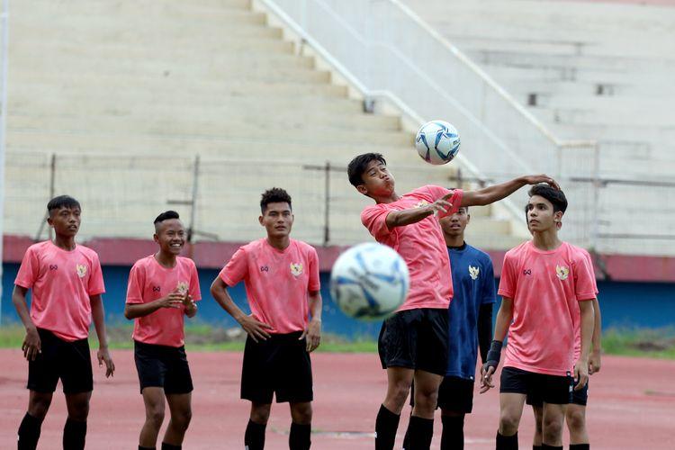 Pemain Timnas Indonesia U-16 latihan untuk persiapan AFC Cup U-16 bulan September mendatang di Stadion Gelora Delta Sidoarjo, Jawa Timur, Jumat (17/01/2020) sore.