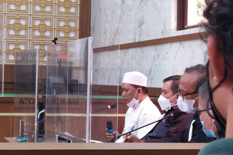 Terdakwa kasus penyebaran berita bohong babi ngepet di Depok, Adam Ibrahim, menjalankan persidangan lanjutan di Pengadilan Negeri Depok, Senin (20/9/2021)