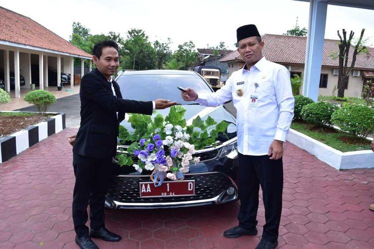 Mobil dinas Bupati Kebumen yang dijadikan mobil pengantin untuk warga secara gratis.