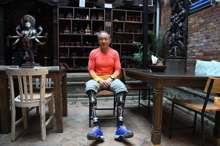 Xia Boyu (69) dengan kedua kaki yang diamputasi berhasil mencapai puncak Gunung Everest.