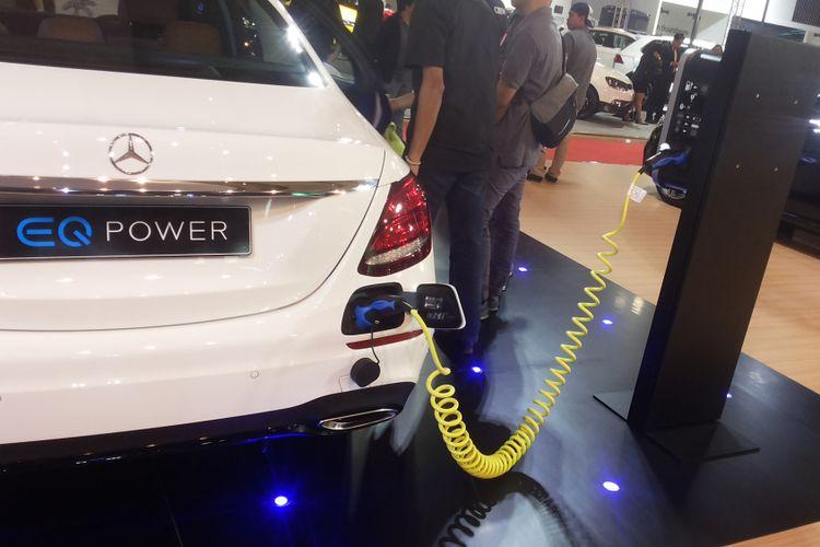 Salah satu Mercedes Benz E 350 e yang dalam proses pengisian listrik saat dipamerkan di arena Indonesia International Motor Show (IIMS) 2018.