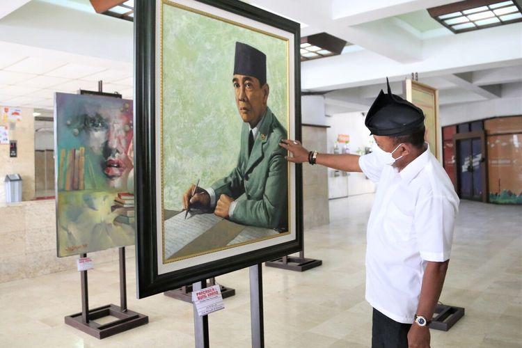 """Wakil Wali Kota Surabaya Armuji saat membuka pameran lukisan bertemakan """"Pancasila dan Bung Karno"""" yang digelar pada 21 Juni hingga 25 Juni 2021 di Plasa Proklamasi Lantai 1 Gedung Graha Wiyata, Universitas 17 Agustus (Untag), Senin (21/6/2021)."""