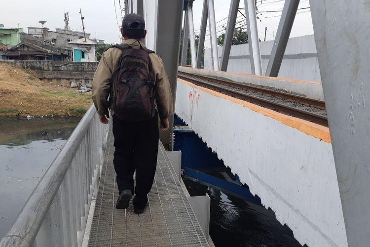 JPO di dekat perlintasan kereta Kalianyar, Jakarta Barat yang tidak ada pembatas disalah satu sisinya