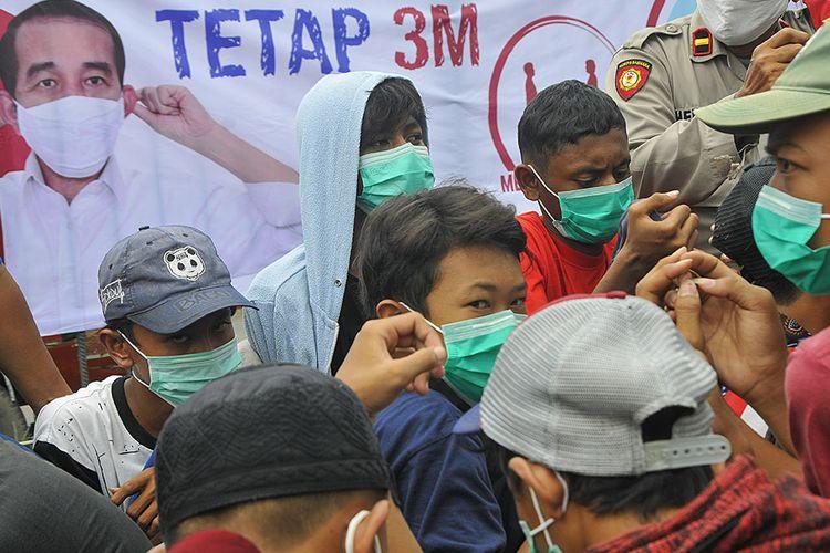 Sejumlah pelajar yang akan mengikuti aksi unjuk rasa terjaring razia di Stasiun Bekasi, Jawa Barat, Selasa (13/10/2020). Sebanyak 23 pelajar yang akan mengikuti aksi unjuk rasa di Jakarta diamankan oleh petugas Polisi dan TNI untuk selanjutnya dilakukan pembinaan.