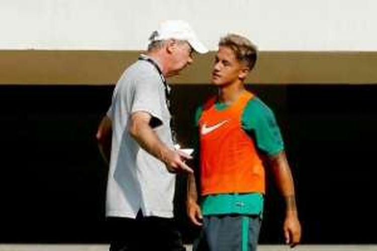 Penyerang seleksi timnas Indonesia, Irfan Bachdim, saat diberikan instruksi oleh pelatih timnas, Alfred Riedl, di Stadion Pakansari, Cibinong, Bogor, Selasa (9/8/2016).